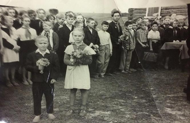 Первое сентября1967 года. Возле здания Бланковой школы.